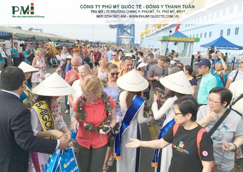 Nhân viên công ty Saigontourist đón đoàn du khách